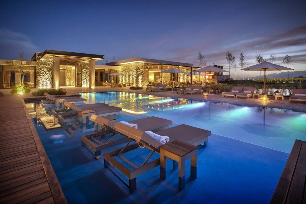 Área da piscina no The Vines Resort & Spa, hotel de luxo na região do Valle de Uco, em Mendoza Argentina.