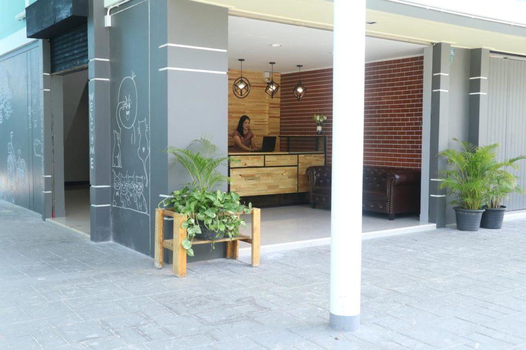 hall de entrada do The Pier - paredes e piso cinza com detalhes em madeira - viajando barato pelo mundo