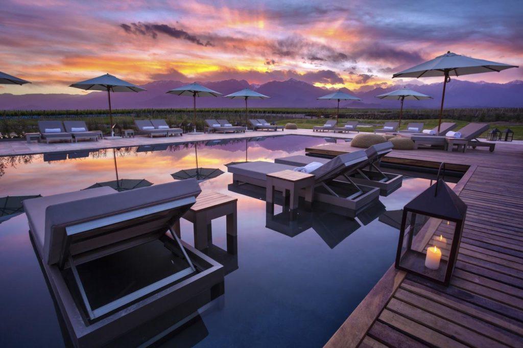 Espreguiçadeiras ao entardecer no The Vines Resort & Spa, hotel de luxo da região Valle de Uco, em Mendoza Argentina.
