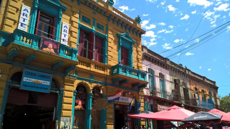 um dos principais pontos turisticos em buenos aires o caminito - na fotos casas coloridas tipicas do bairro