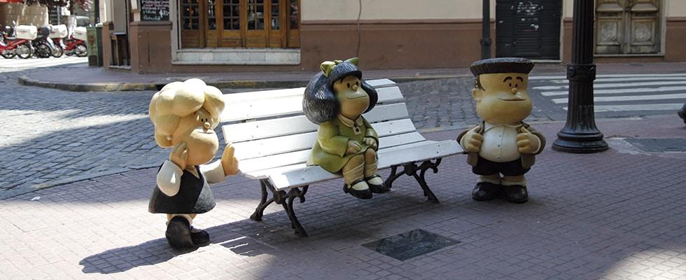 A Mafalda setadinha no banco com seus amigos em San Telmo