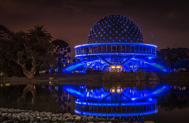 O Planetário Galileu Galilei iluminado a noite em Palermo Buenos Aires - Foto: BORIS G via Flickr