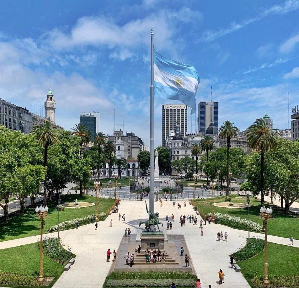 Viagem Corpus Christ - A Plaza del Mayo e com a imponente bandeira da Argentina – Foto: @casarosadaargentina via Instagram