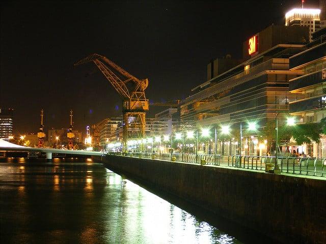 Vista do Puerto Madero a noite - Foto: Javier Prazak via Flickr