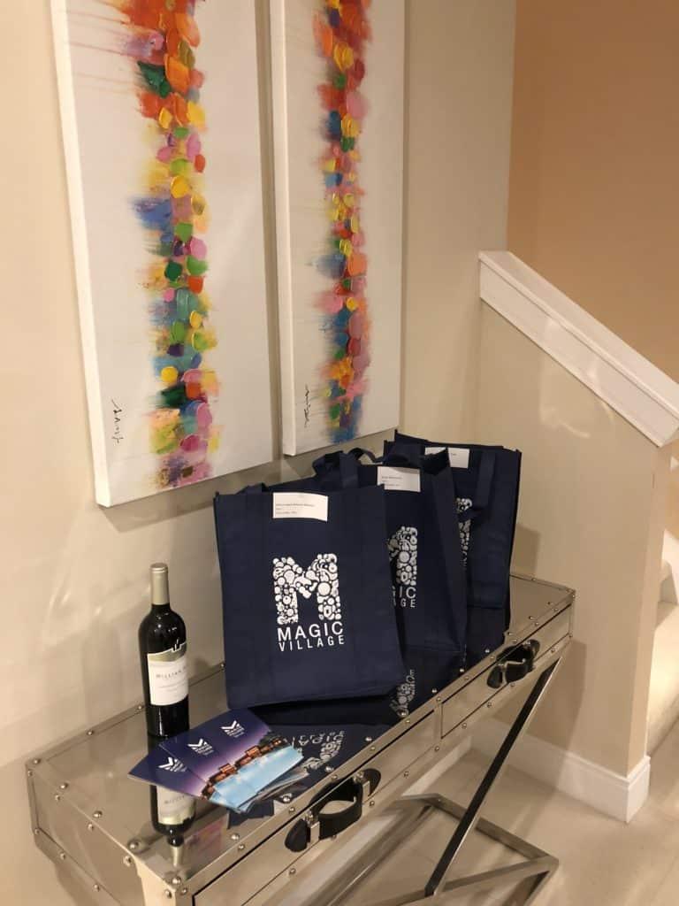 boas vindas, sacola e vinho