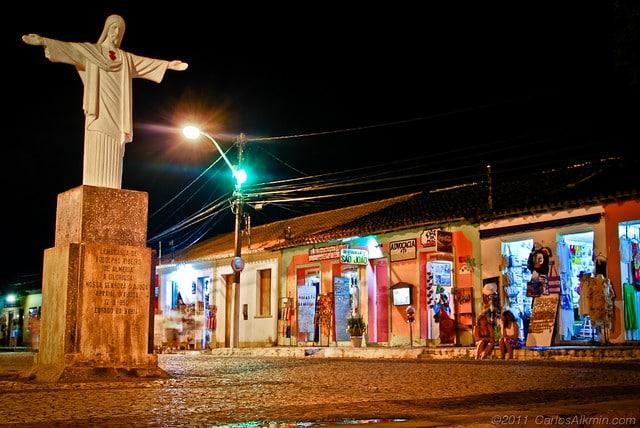 O Centro Histórico com suas lojinhas e o Cristo Redentor a noite - Foot: Carlos Alkmin