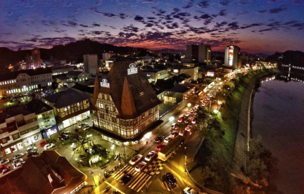 A cidade de Blumenau e o castelo da Havan, vistos de cima - Foto: Kako Waldrich via http://www.turismoblumenau.com.br