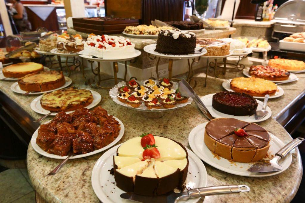 Imagem de tortas doces e bolos no Cafehaus Glória, em Blumenau. Foto oficial Cafehaus Glória.