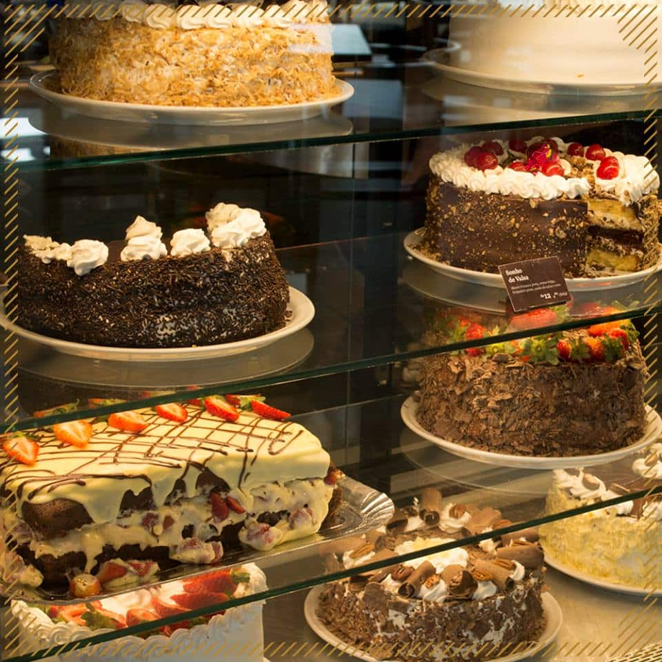Vitrine de bolos doces do Cafehaus Glória, em Blumenau. Foto oficial Cafehaus.