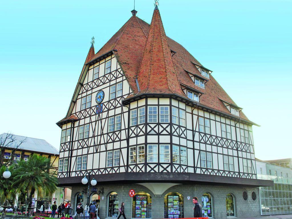 """Vista externa do """"Castelinho da Havan"""", prédio de fachada enxaimel com relógio, que atua como um dos cartões postais da cidade. Foto do site Turismo Blumenau."""