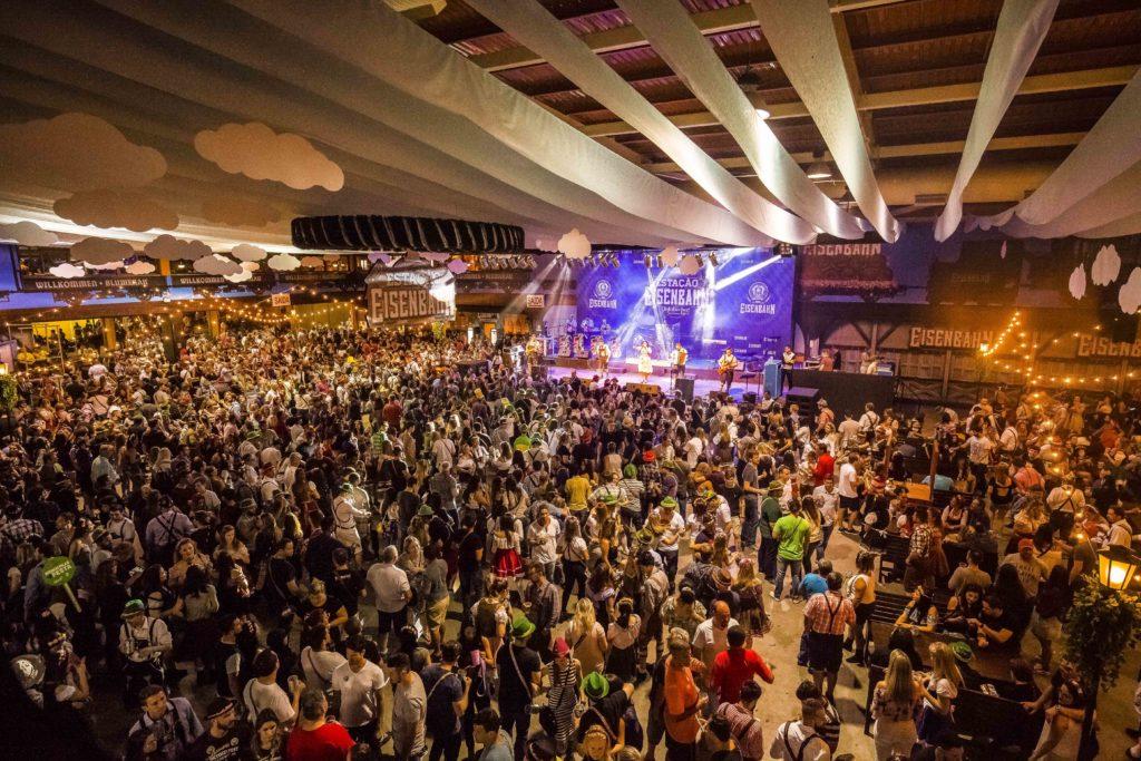 Público lotando espaço de show na Oktoberfest Blumenau, em frente a palco com telão de imagens. Foto do site oficial do evento: http://oktoberfestblumenau.com.br