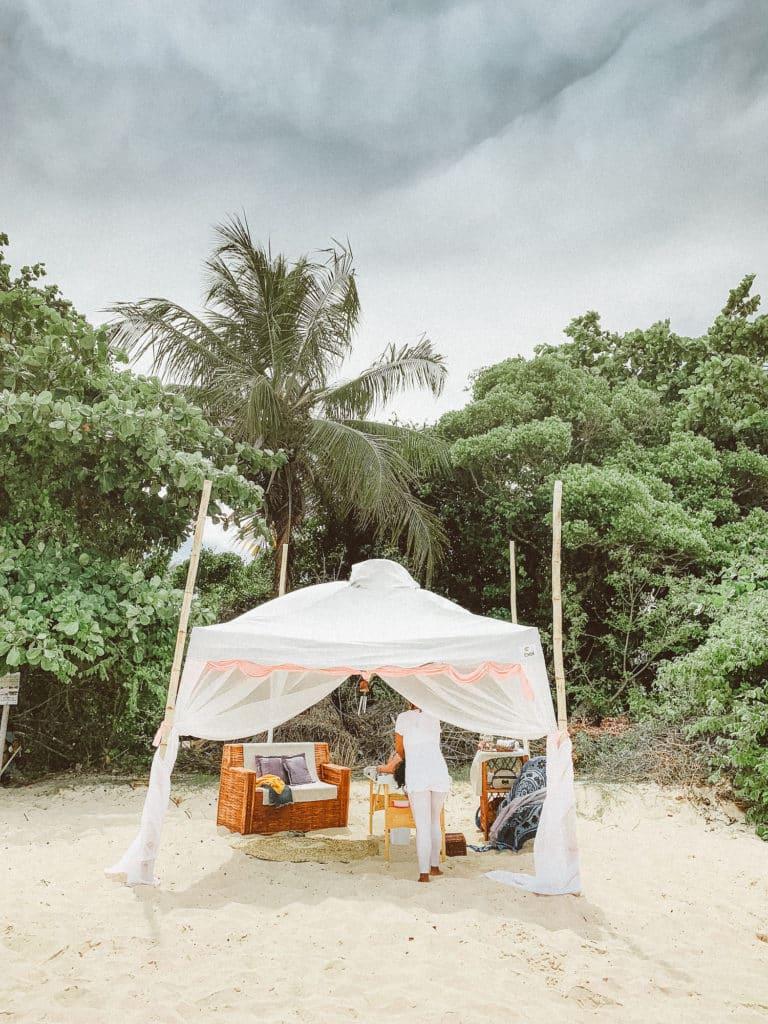 Gazebo pé na areia para massagem para os hóspedes no Hotel Patachocas