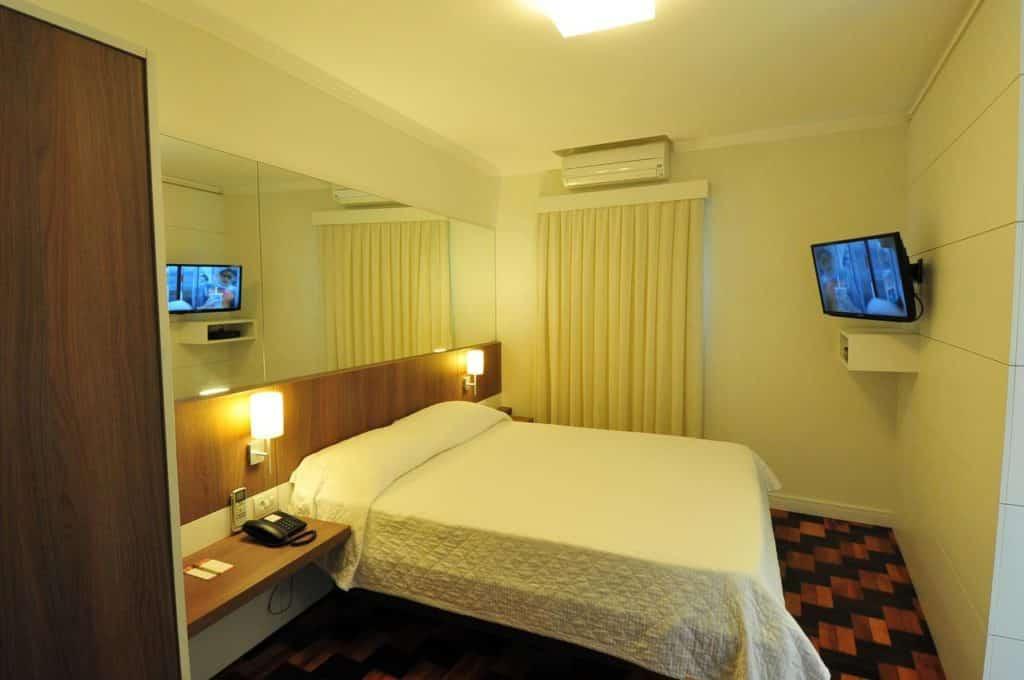 Quarto com cama de casal no Hotel Glória, em Blumenau. Foto de booking.com