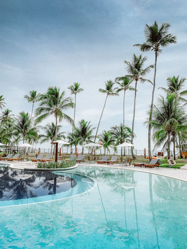Piscina gigante com vista para a Quarta Praia e muitas espreguiçadeiras para curtir