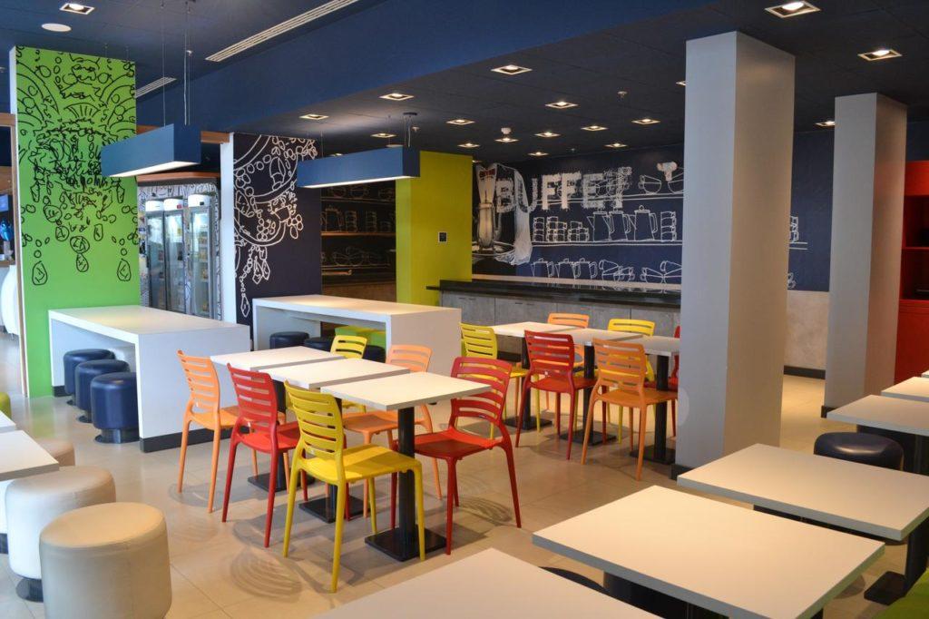 Espaço de café da manhã do Ibis Blumenau. Foto de booking.com