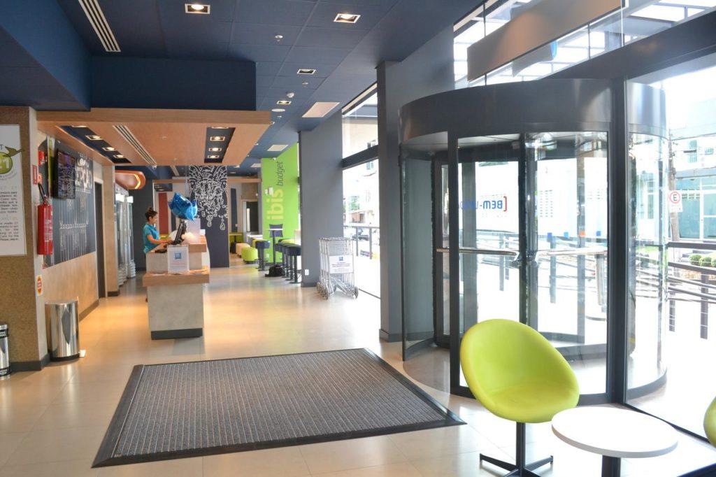 Espaço de entrada do Ibis Blumenau. Foto de booking.com