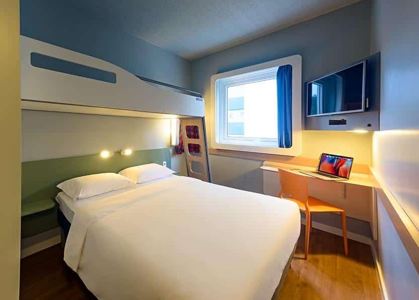 Quarto com cama de casal no Ibis Blumenau. Foto de booking.com