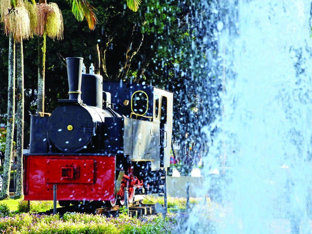 A locomotiva Macuca em detalhe, com água de fonte invadindo a imagem. Foto do site Turismo Blumenau