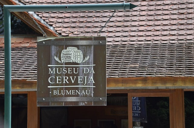 Vista de placa indicativa do Museu da Cerveja, em Blumenau, Santa Catarina. Foto de Gabriel Carven via Flickr.