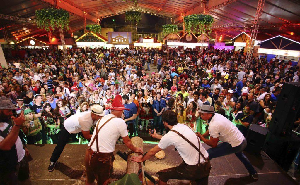 Imagem de pessoas na Oktoberfest, a maior festa de Blumenau. Foto do site oficial Oktoberfest Brasil.
