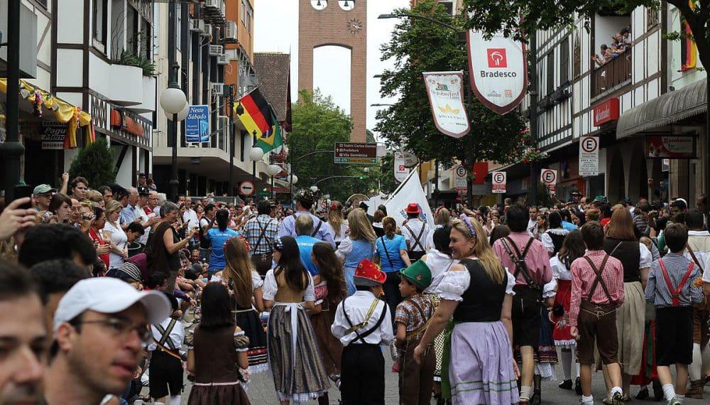 Pessoas em desfile da Oktoberfest Brasil, na rua XV de Novembro, em Blumenau (SC). Foto de Vitor Pamplona via Flickr.