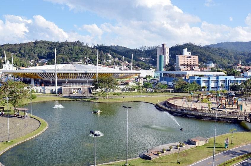 Vista de lado e demais áreas do Parque Ramiro Ruediger. Foto da Prefeitura de Blumenau.