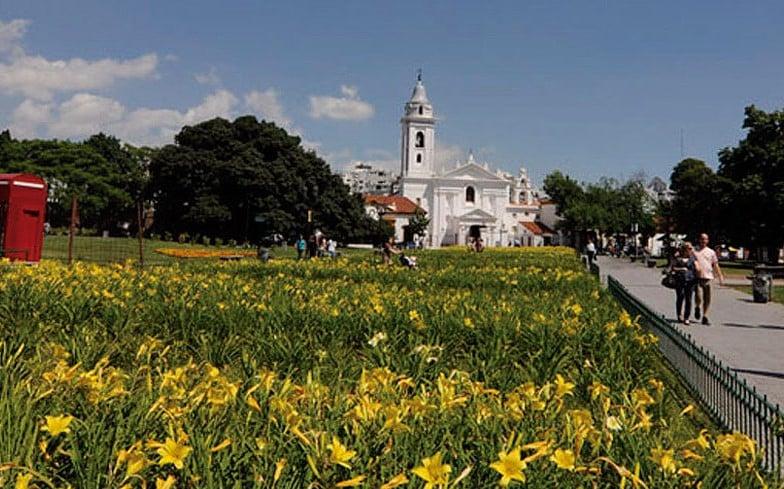 A  Plaza Francia bem em frente a Basílica na Recoleta Buenos Aires