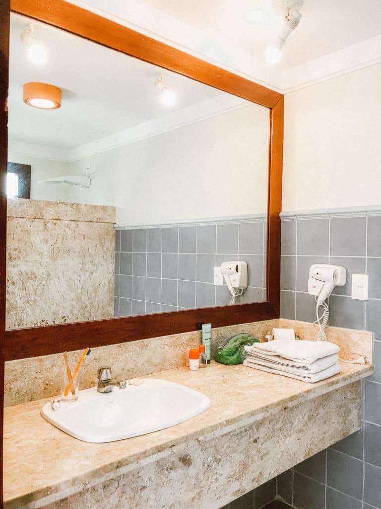 banheiro do quarto do hotel patachocas beach