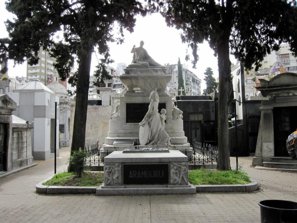 Obra de arte na entrada do Cemitério da Recoleta Buenos Aires