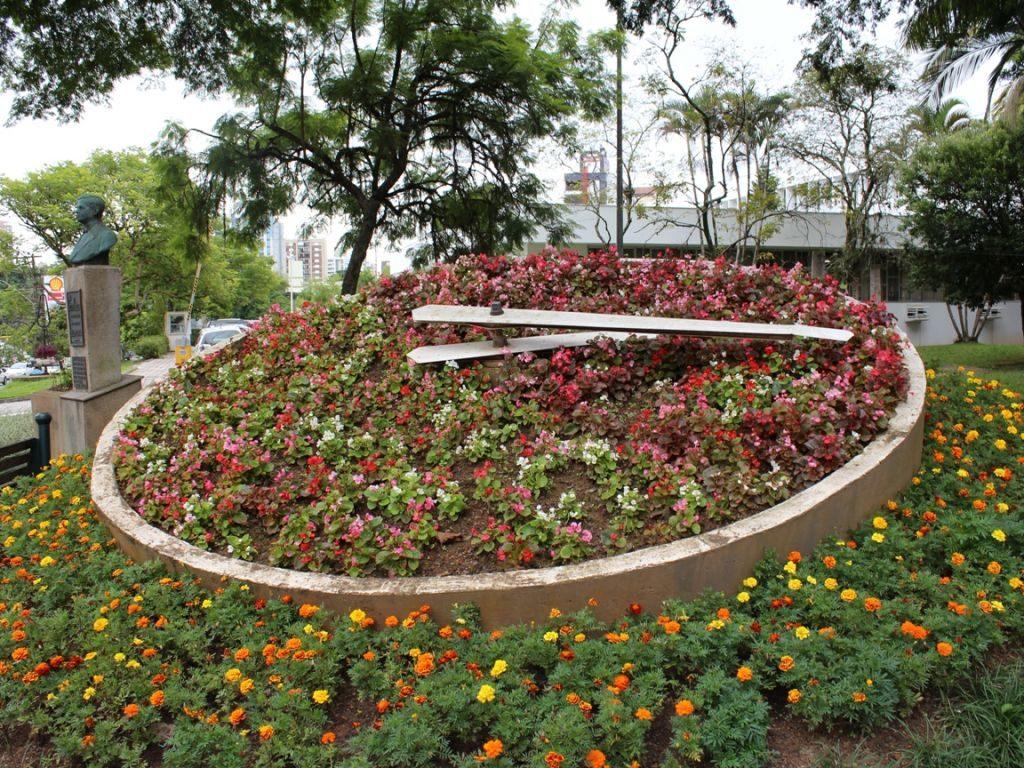 Imagem de grande relógio de flores, existente em Blumenau (SC). Foto de Victor Konder via Turismo Blumenau.