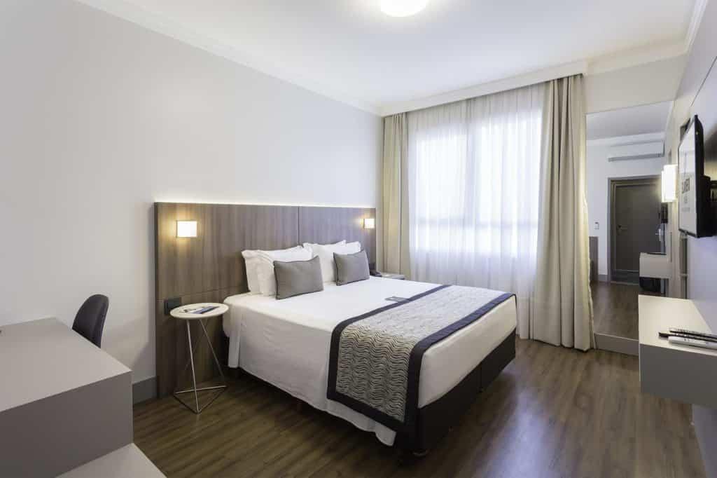 Quarto com cama de casal do Slavieiro Essential Blumenal. Foto de booking.com