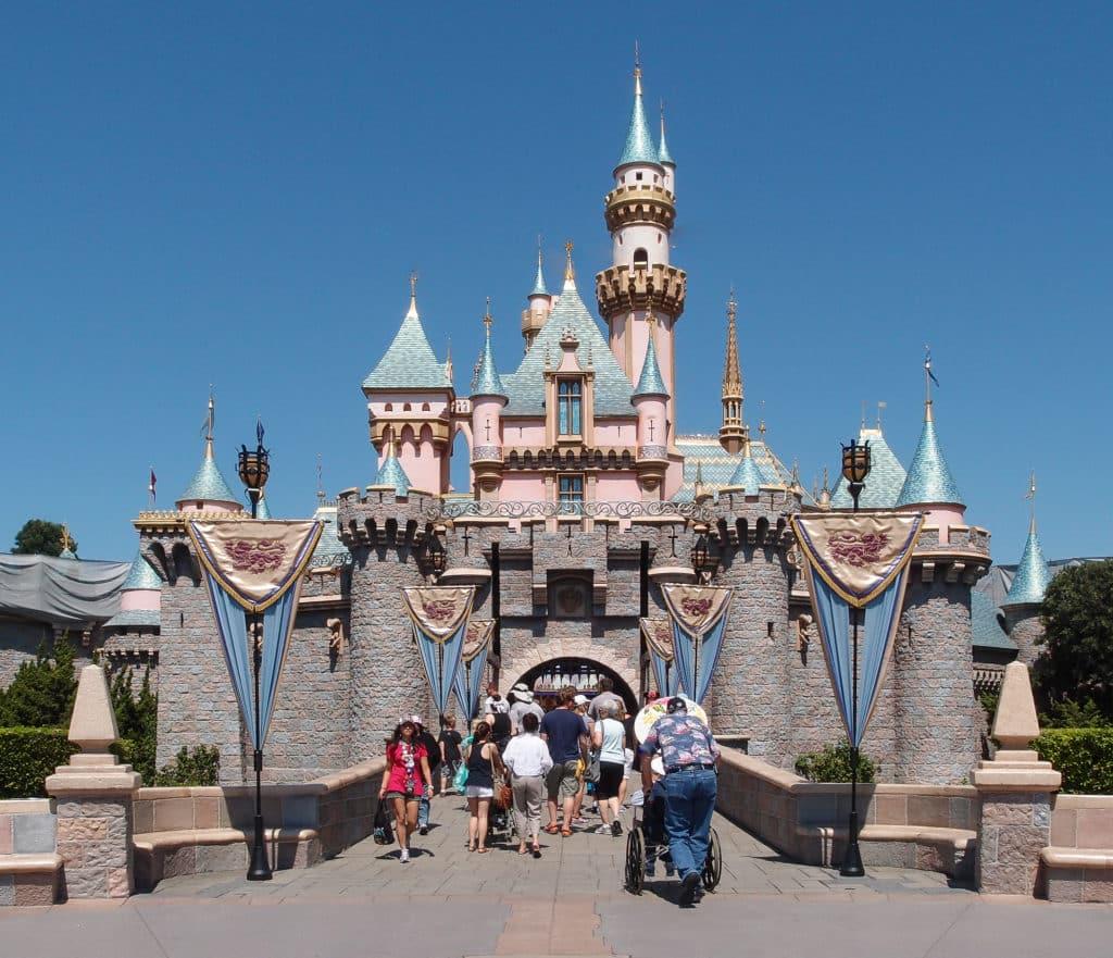 Vista do castelo da Bela Adormecida na Disneyland Anaheim (da Califórnia). Foto: Tuxyso via Wikimedia