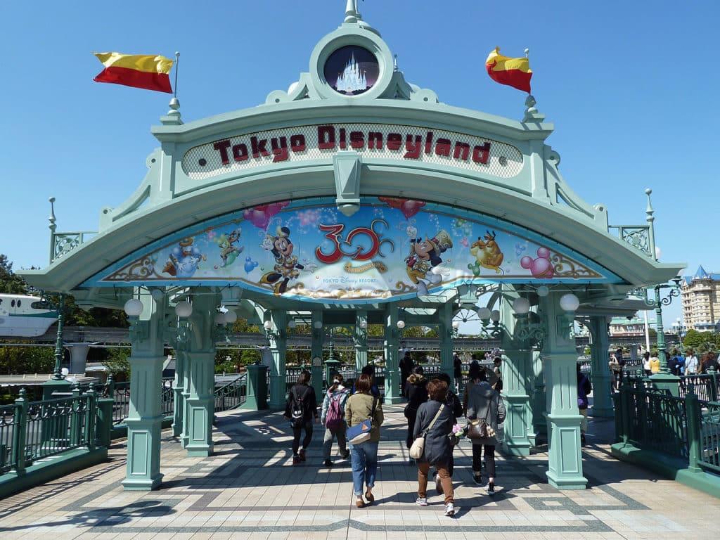 Vista do portal de entrada da Tokyo Disneyland, no Japão. Foto de Rob Young via Wikimedia.