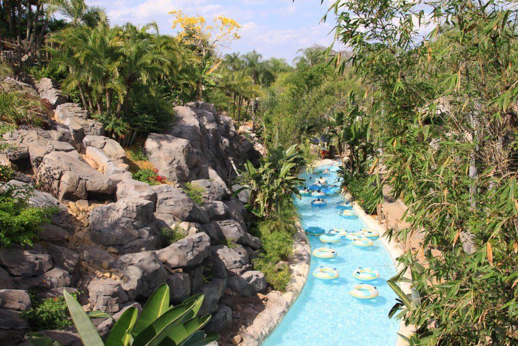 Piscina com boias ao lado de vegetação e pedras no Typhoon Lagoon, parque aquático da Disney. Foto: Steve Bozak via Flickr.