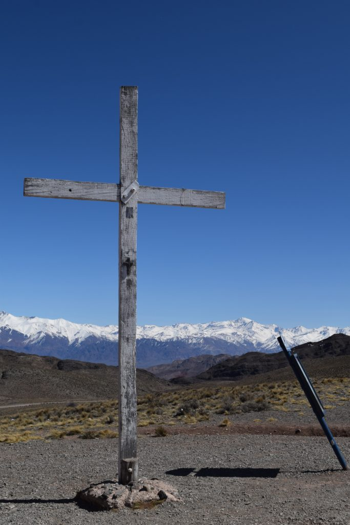 A Cruz de Paramillos e Aconcágua ao fundo. Foto: Leandro Kibisz via Wikimedia