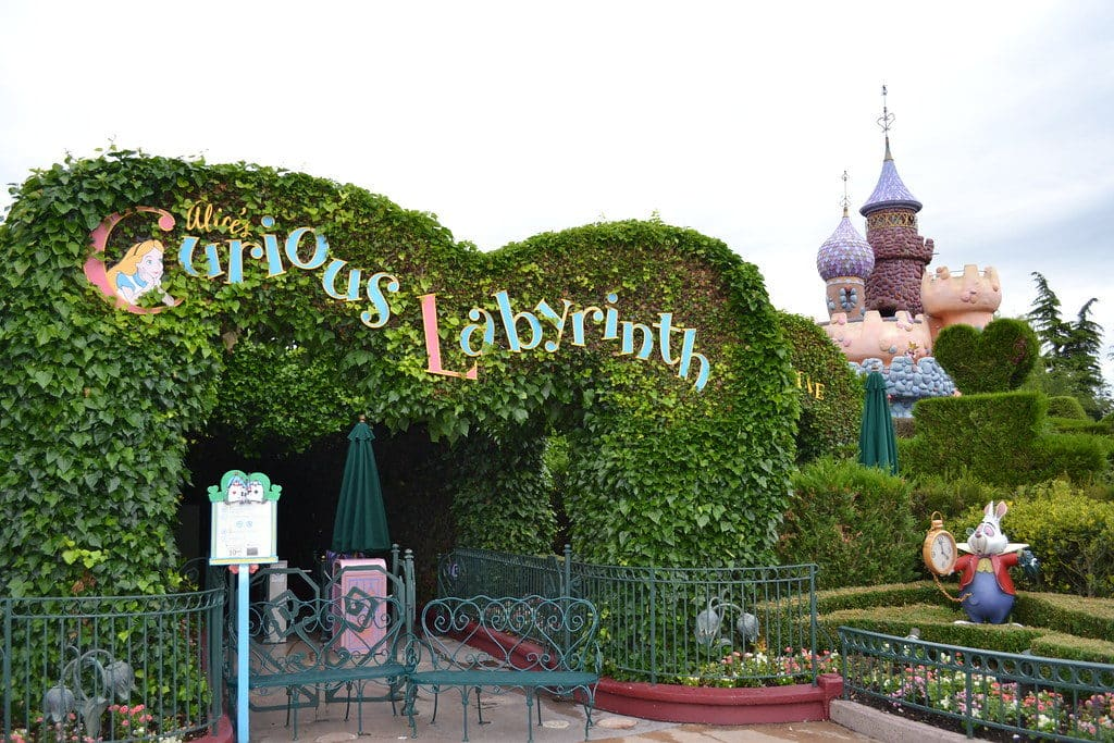 Entrada da atração Alice's Curious Labyrinth, na Disneyland Paris. Foto de Loren Javier via Flickr.