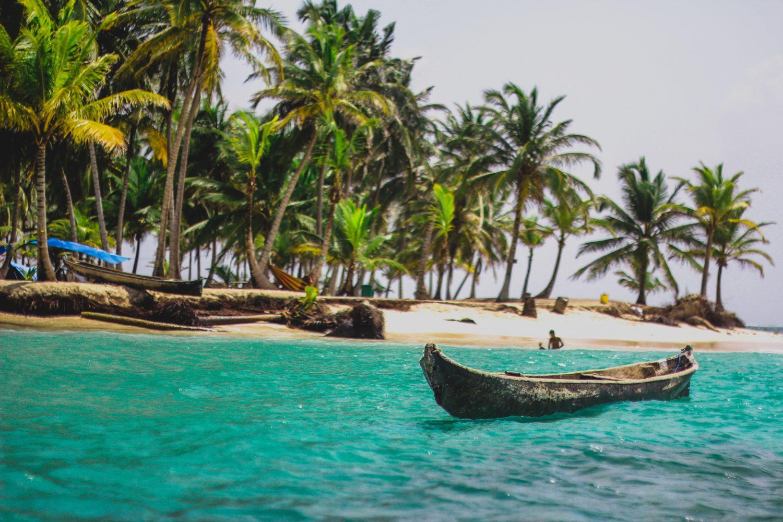 praia e canoa em san blas no panamá