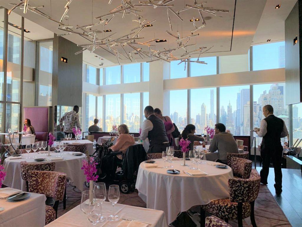 Roteiro Nova York 1 dia: vista do interior do restaurante Asiate, no Mandarim Oriental.