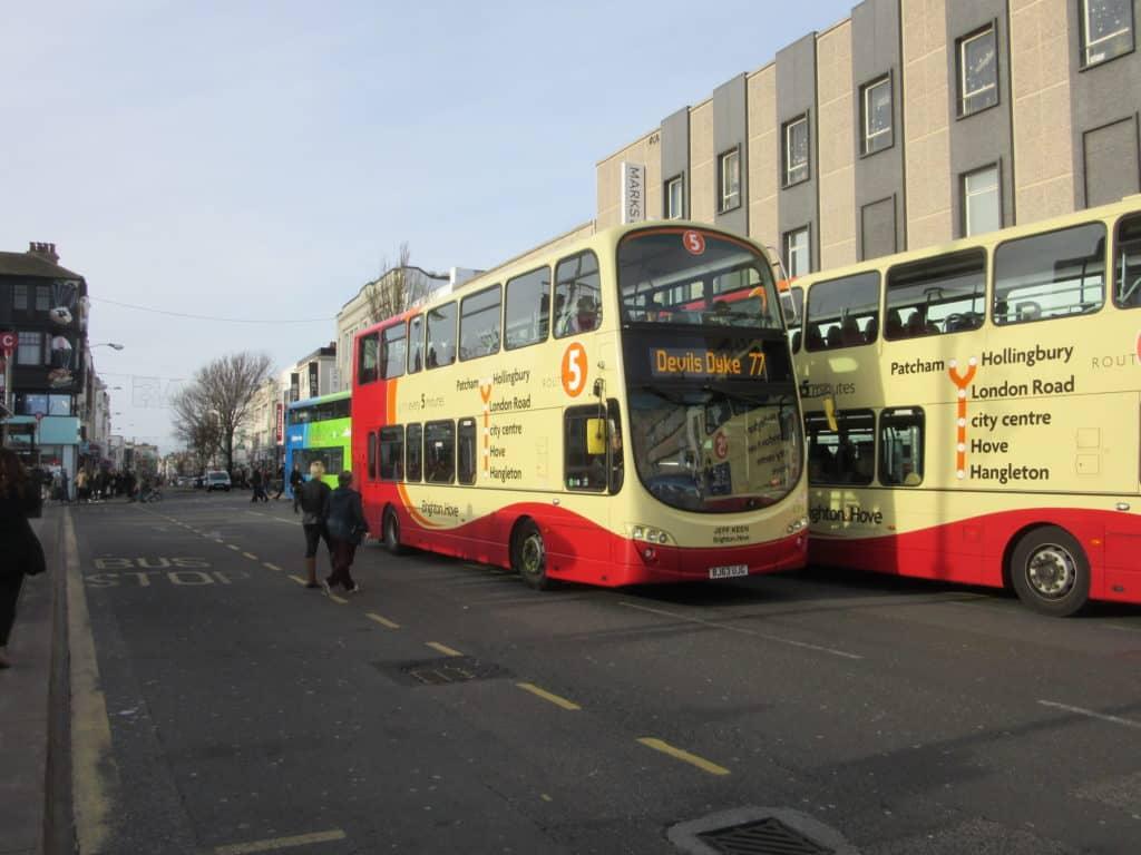 """Ônibus em Brighton, conhecido como """"coach"""". Foto de Matt Davis via Flickr."""