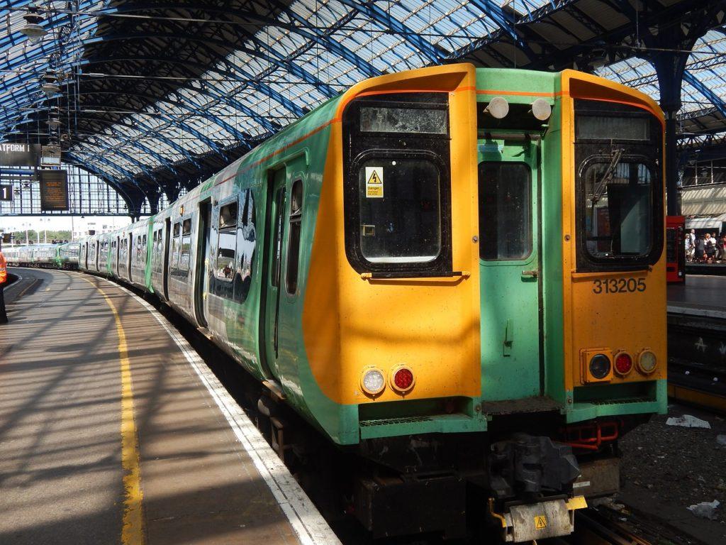 Carro de trem passando em cobertura da estação de Brighton. Foto de Tim Bigger via Pixabay.
