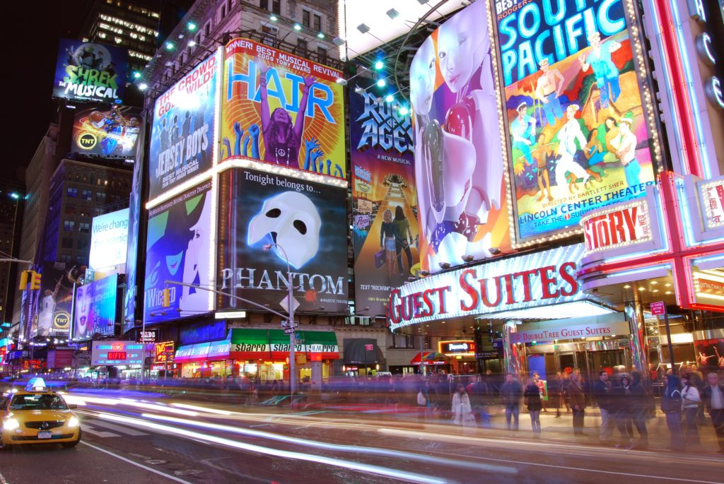 Roteiro Nova York 1 dia: letreiros da Broadway em avenidas da cidade. Foto de Matt Wade via Wikipédia.