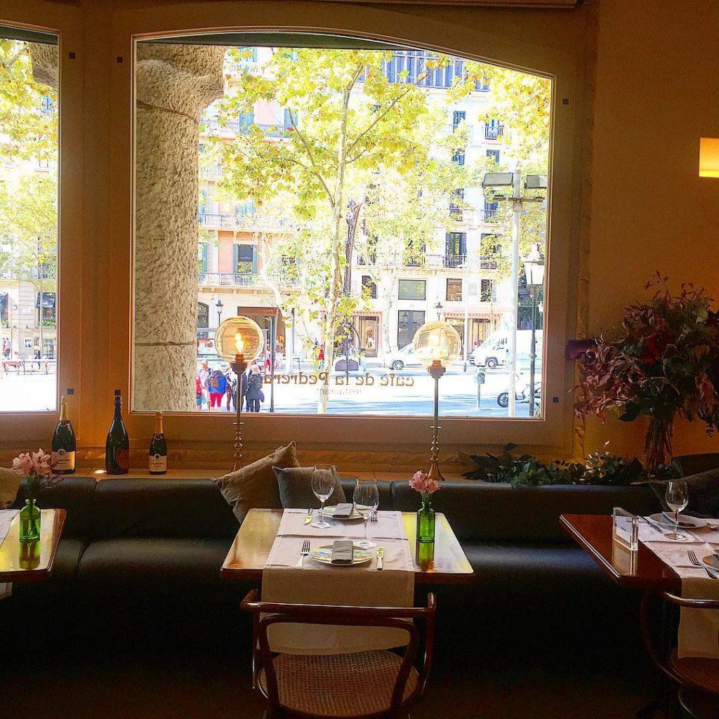 O interior do Café de la Pedreira com uma linda vista para a rua - Foto: @cafedelapedrera