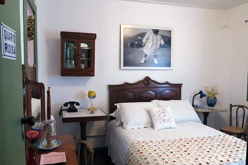 Detalhes do quarto de casal na Casa de Rosa