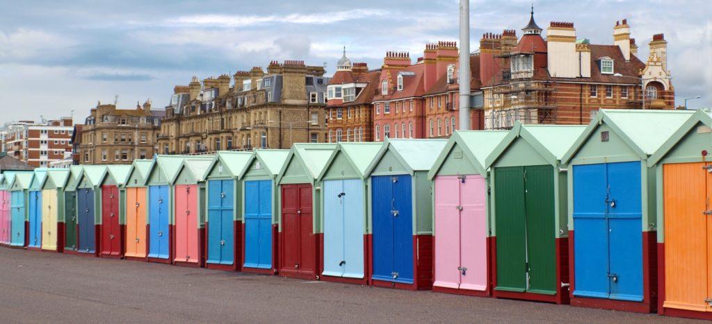 Vista das casinhas coloridas na praia Hover, em Brighton. Foto de pxhere