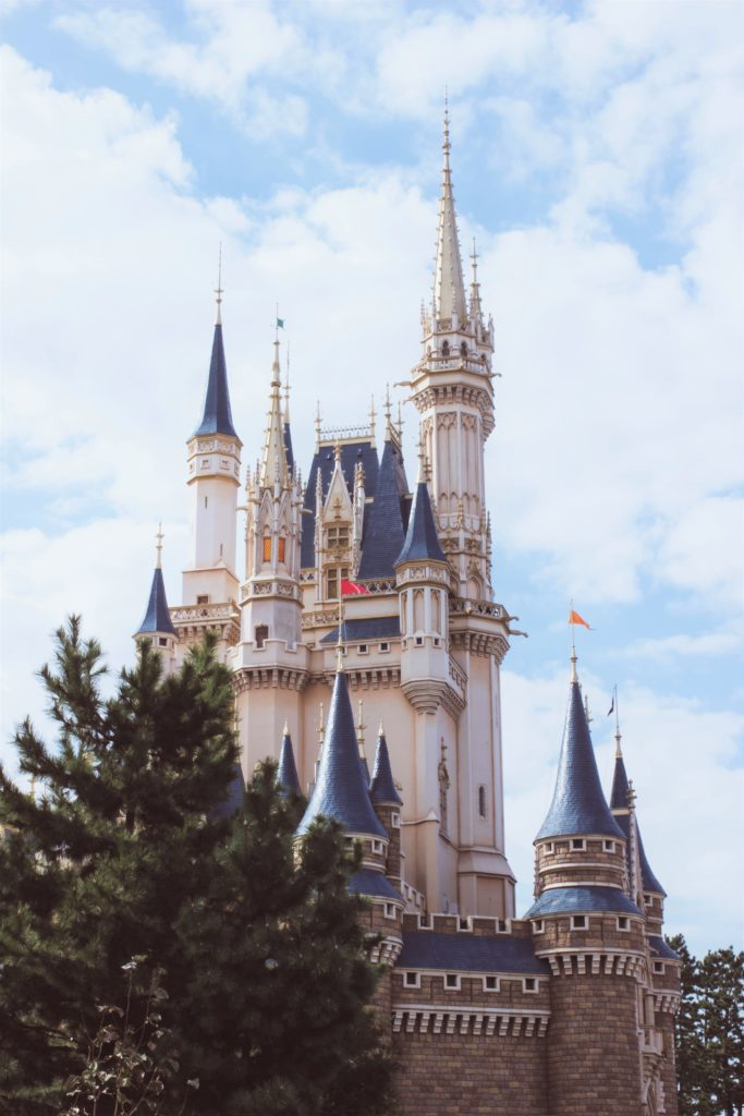 Foto do castelo da Cinderela, na Tokyo Disneyland. Foto: Ester Marie Doysabas via Unsplash.