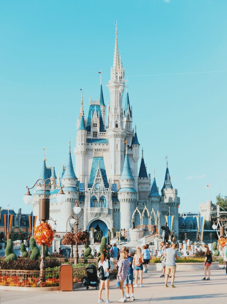 Foto do castelo da Cinderella, símbolo do Magic Kindgom, parque da Disney. Foto: Amy Humphries via Unsplash.