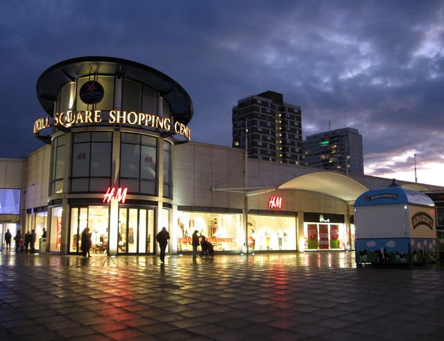 Fachada do centro comercial Churchill Square, no início da noite. Foto de Simon Carey via geograph.org.uk