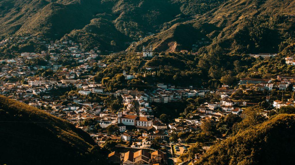 A cidade de Ouro Preto vista de cima - Foto: Vinicius Pontes via Pexels