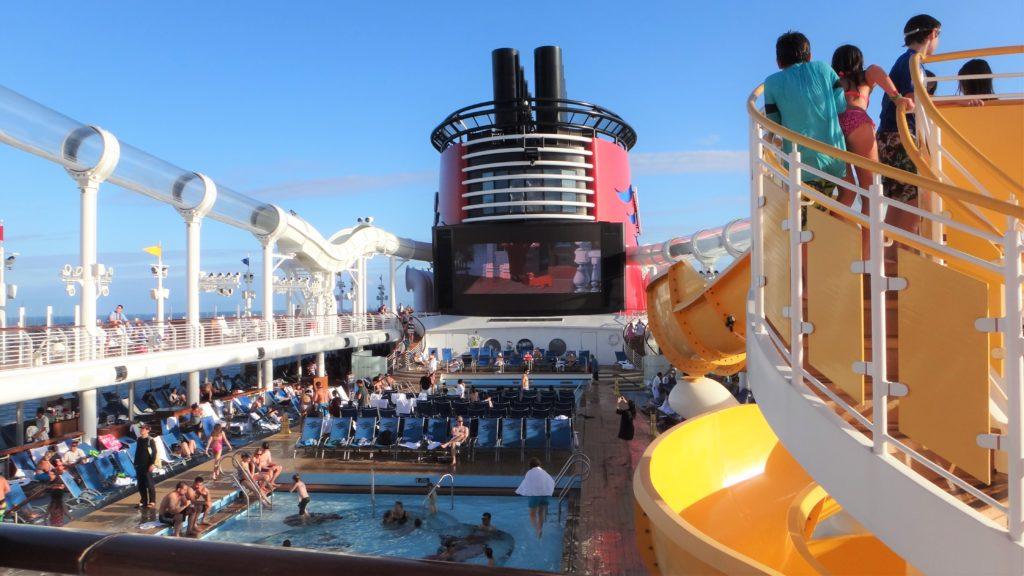 Foto de área comum do Disney Cruise Line, com piscina, tobogã e cinema ao ar livre. Foto da autora do texto, Isis Pacheco.