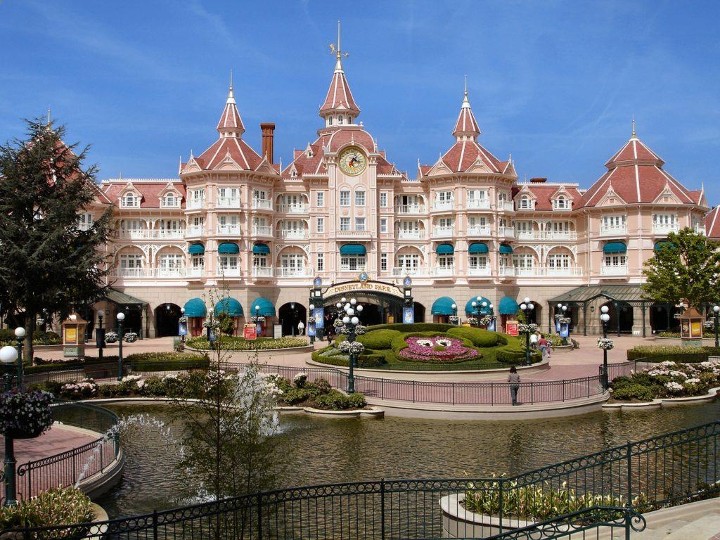 Vista de parte da Disneyland Paris com jardim. Foto de Aline Dassel via Pixabay.